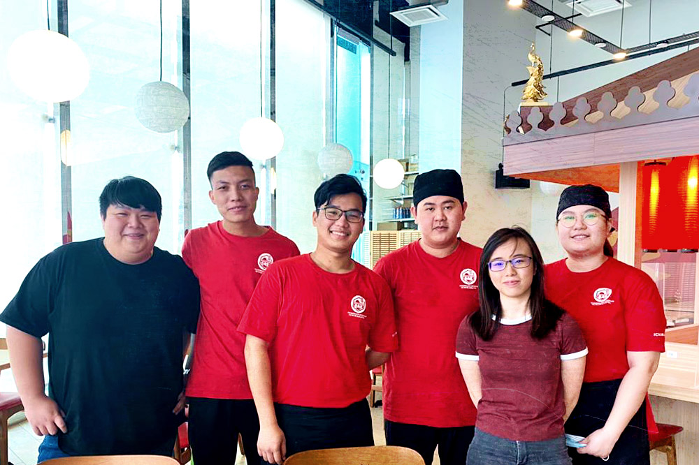 Ichikakuya Malaysia's manager Ho Eeyong (second from right), head chef Lee Chuen Quen (first from left) and their team.