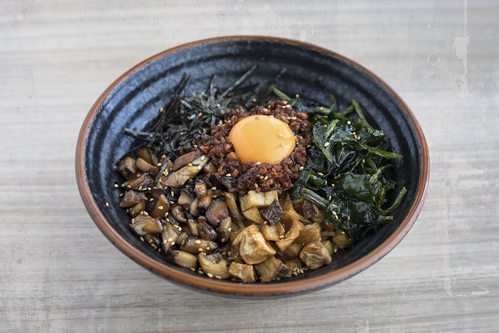 Vegetable Mazesoba, where meat is replaced with a variety of vegetables such as sautéed spinach, mushrooms and carrots.