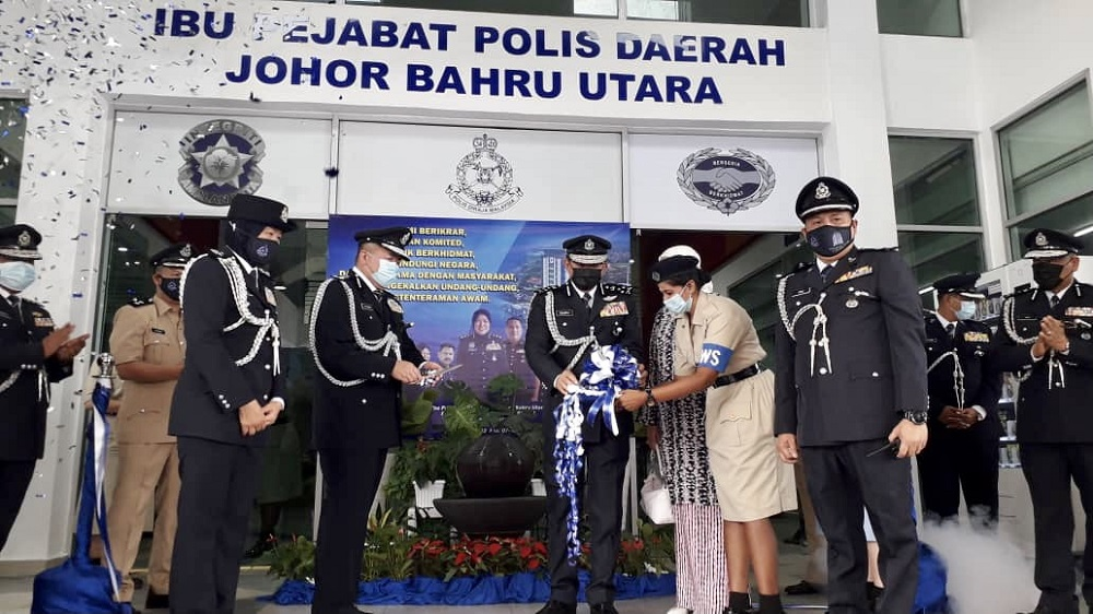 National Anti-Drug Agency (Nada) director-general Datuk Seri Zulkifli Abdullah (centre), accompanied by Johor deputy police chief Datuk Khaw Kok Chin (second left) and Johor Baru Utara district police chief Assistant Commissioner Rupiah Abd Wahid (left) officiating the Johor Baru North district police headquarters in Johor Baru December 1, 2020. — Picture by Ben Tan