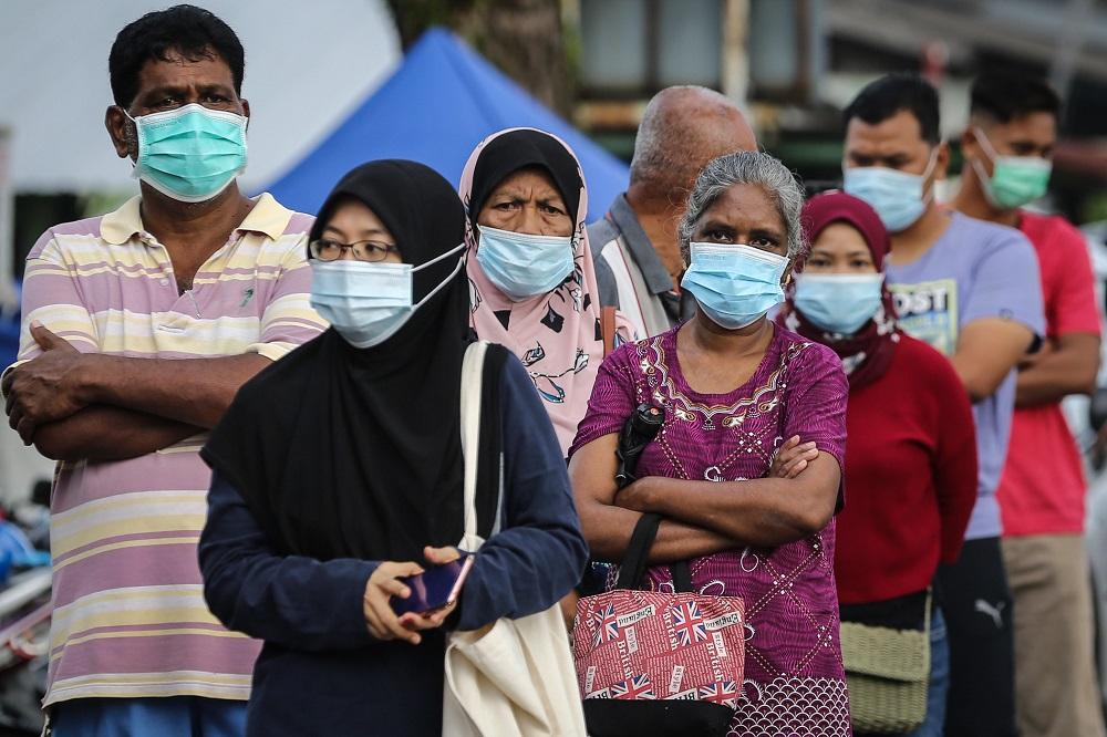卫生部鉴定13个感染群,11个涉及职场及2个源自社区,合计421人确诊。-Yusof Mat Isa摄-