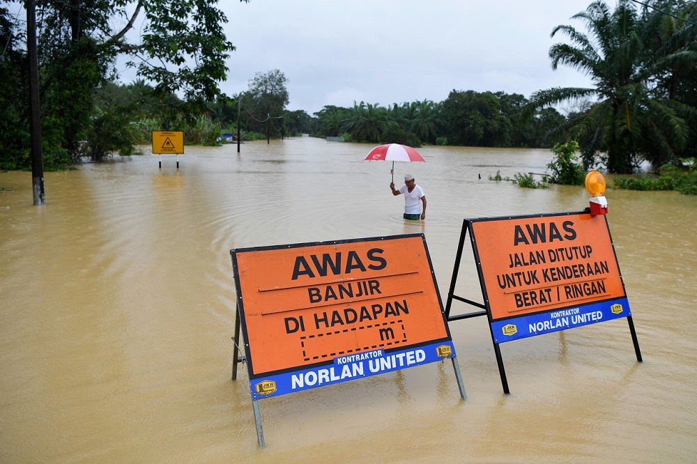 The Malaysian Meteorological Department has issued a weather alert warning with heavy rains expected to continue in several areas in Sabah, Sarawak and Labuan until Monday.. — Bernama pic