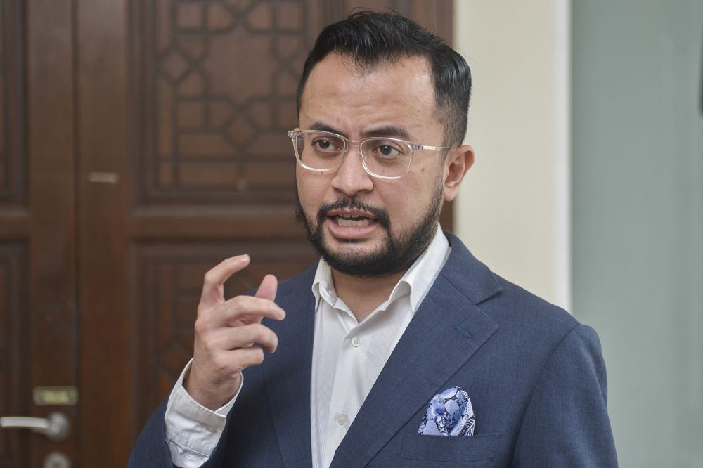 Ezra Zaid speaks to reporters at the Petaling Shariah Subordinate Court in Shah Alam December 17, 2020. — Picture by Miera Zulyana