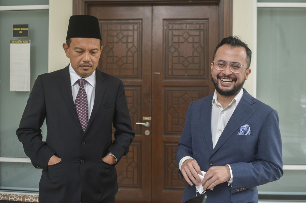 Ezra Zaid (right) and his lawyer Zulkifli Che Yong speak to reporters at the Petaling Shariah Subordinate Court in Shah Alam on December 17, 2020. — Picture by Miera Zulyana