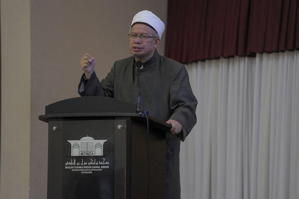 Datuk Zulkifli Mohamad Al-Bakri delivers a speech at the Tuanku Mizan Zainal Abidin Mosque in Putrajaya December 3, 2020. — Picture by Shafwan Zaidon