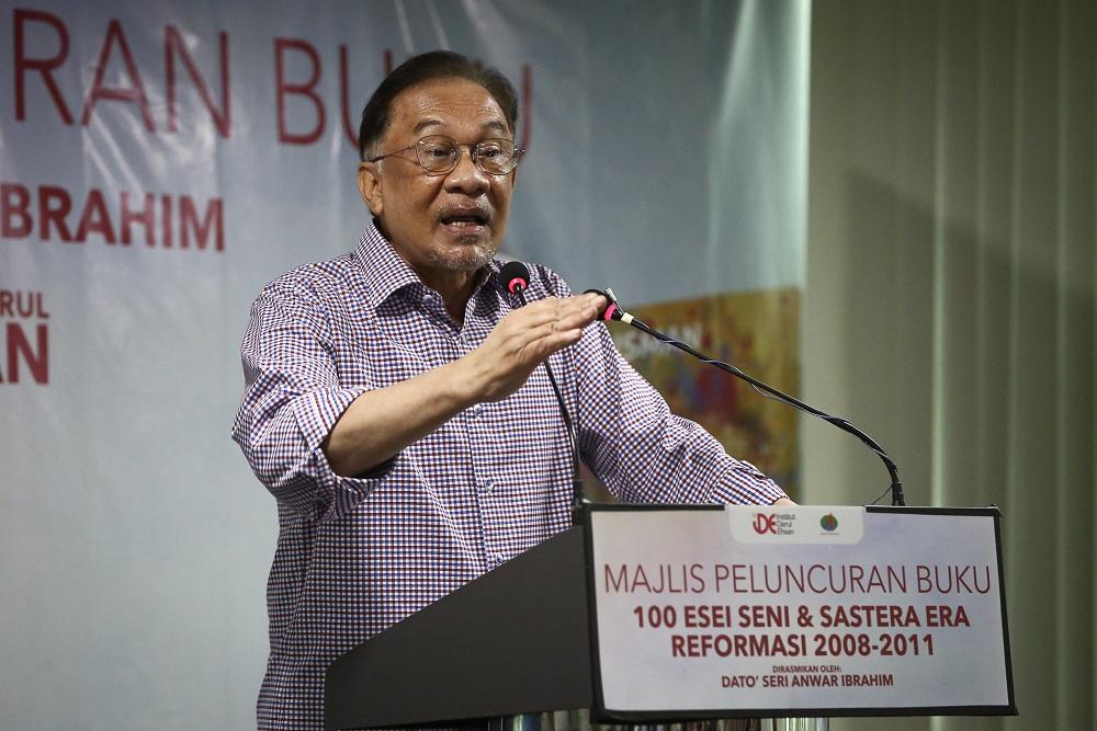 Datuk Seri Anwar Ibrahim speaks during the launch of '100 Esei Seni & Sastera Era Reformasi 2008-2011' in Shah Alam December 29, 2020. ― Picture by Yusof Mat Isa