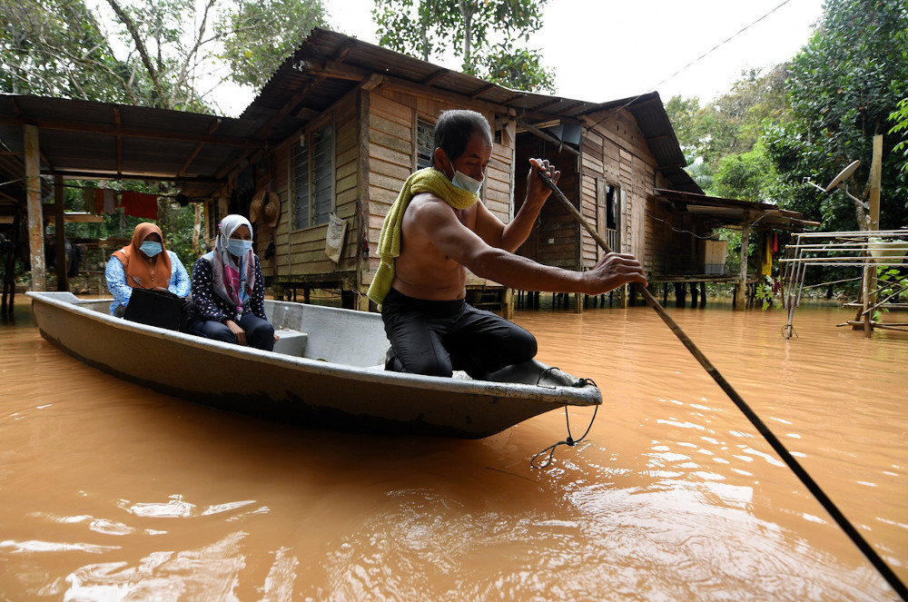 Mohd Wildan said about 80 per cent of flood victims at the relief centres went there using their own boats. — Bernama pic
