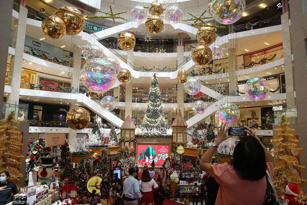 Shoppers taking a photo of the Christmas tree at Pavilion Kuala Lumpur December 9, 2020. — Picture by Yusof Mat Isa