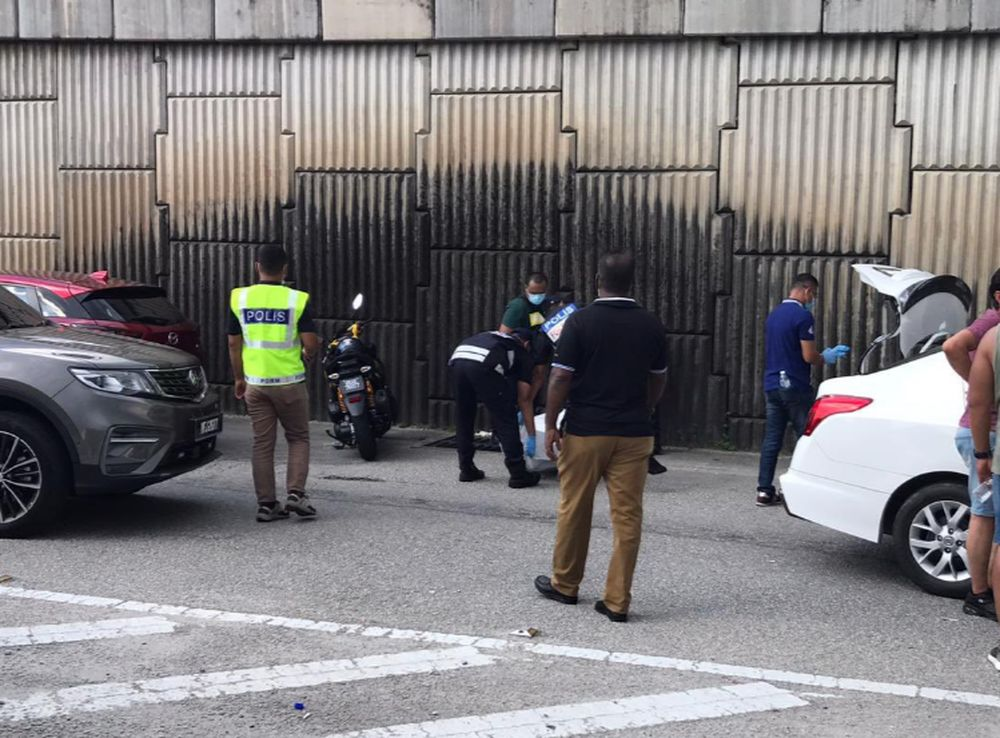 Selangor police forensics personnel arriving at the scene after police shot dead four fleeing robbery suspects, on the highway at Sungai Buloh, December 25, 2020. — Picture courtesy of Twitter/Bernama