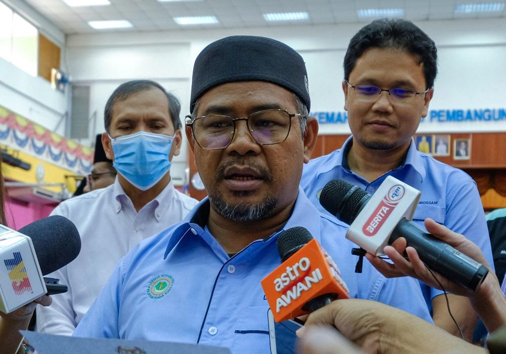 Minister Datuk Khairuddin Aman Razali speaks to reporters in Seri Iskandar September 4, 2020. — Bernama pic