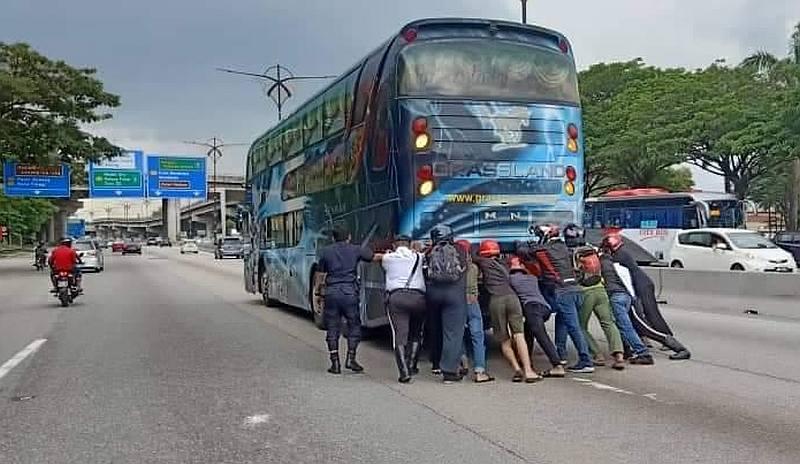 在警民协助下把抛锚巴士移走!-Police Daerah Johor Bahru Utara脸书-