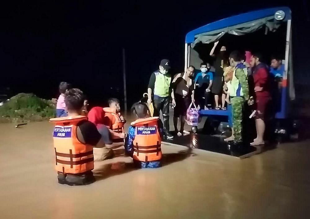 As at 8am today, 43,791 people are in temporary evacuation centres in Pahang, Terengganu, Kelantan, Johor and Perak. — Bernama pic