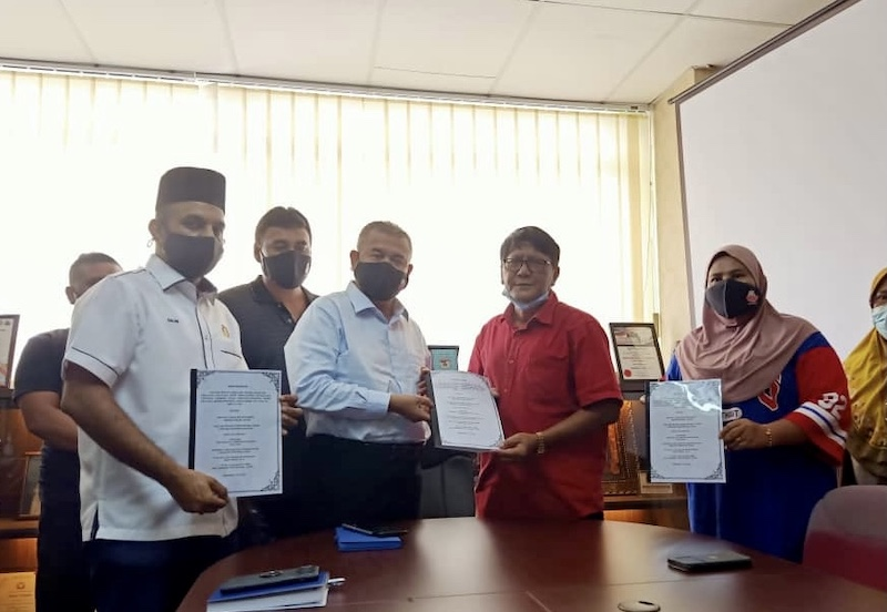 Johor Bersatu rep and Permas assemblyman Datuk Seri Che Zakaria Mohd Salleh (3rd right) receives a memorandum from Datuk Jemale Paiman and Anggerik Abidin on the issue of the Taman Saujana land grant in Taman Dahlia, Pasir Gudang. — Picture by Ben Tan
