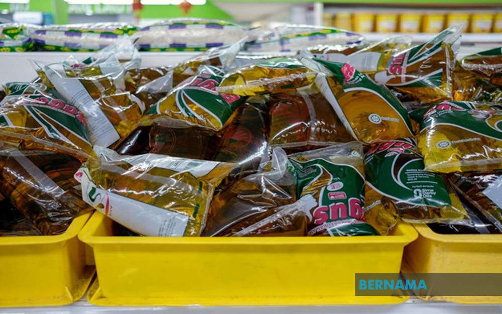 The subsidy is provided to cooking oil packed in one kilogramme polybags and offered to consumers at RM2.50 a pack even though the price of crude palm oil (CPO) on the global market has increased. — Picture via Twitter/Bernama