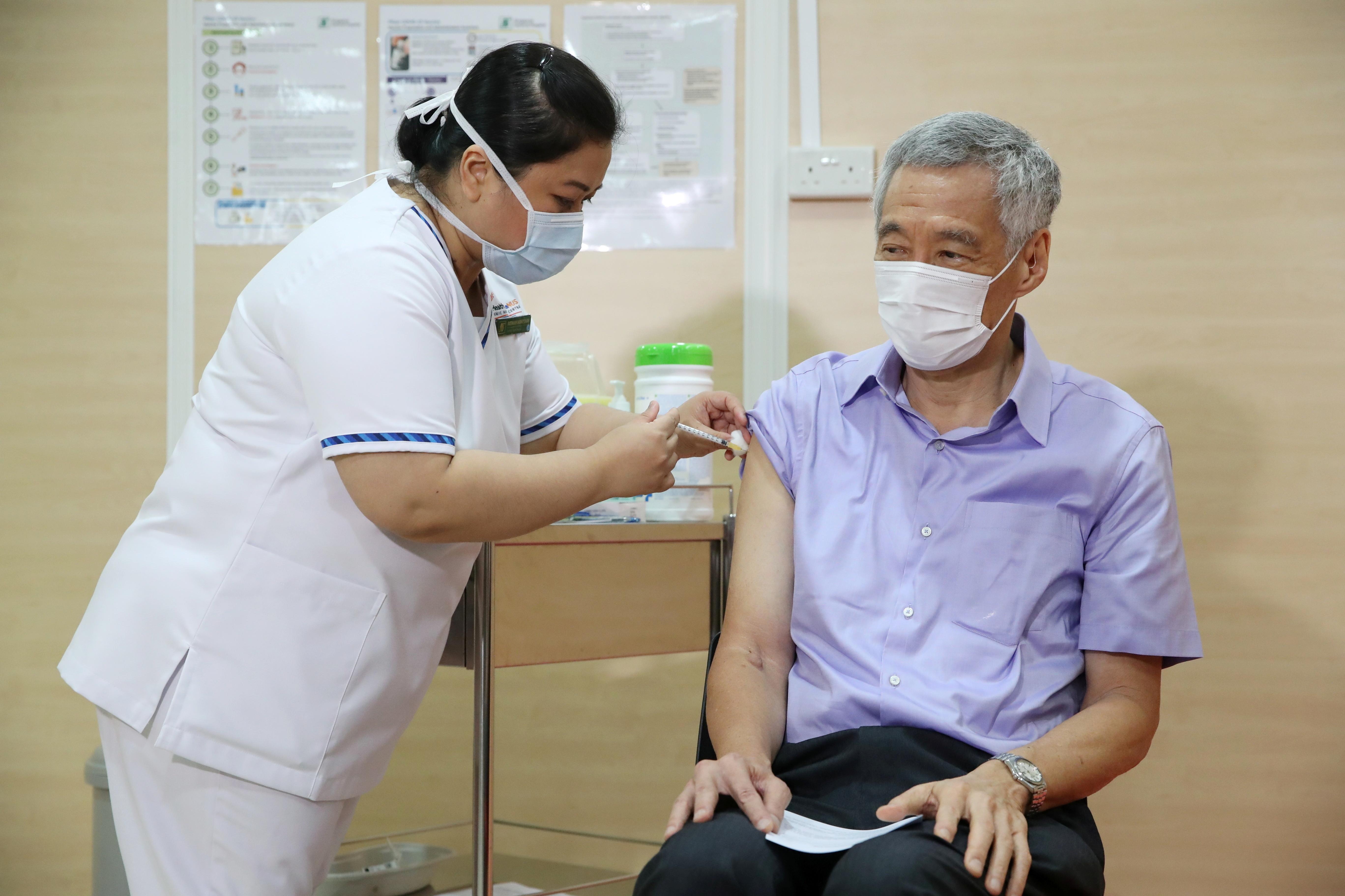 李显龙、官员及医护人员注射的,是美国药厂辉瑞(Pfizer)及德国生物新技术公司(BioNTech)联手研发的疫苗
