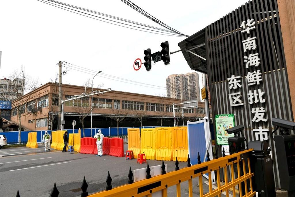 世界卫生组织疫情溯源调查小组中,有两人在新加坡过境时因抗体检测呈阳性而遭中国拒绝入境。图为中国武汉华南海鲜市场。-中新社-