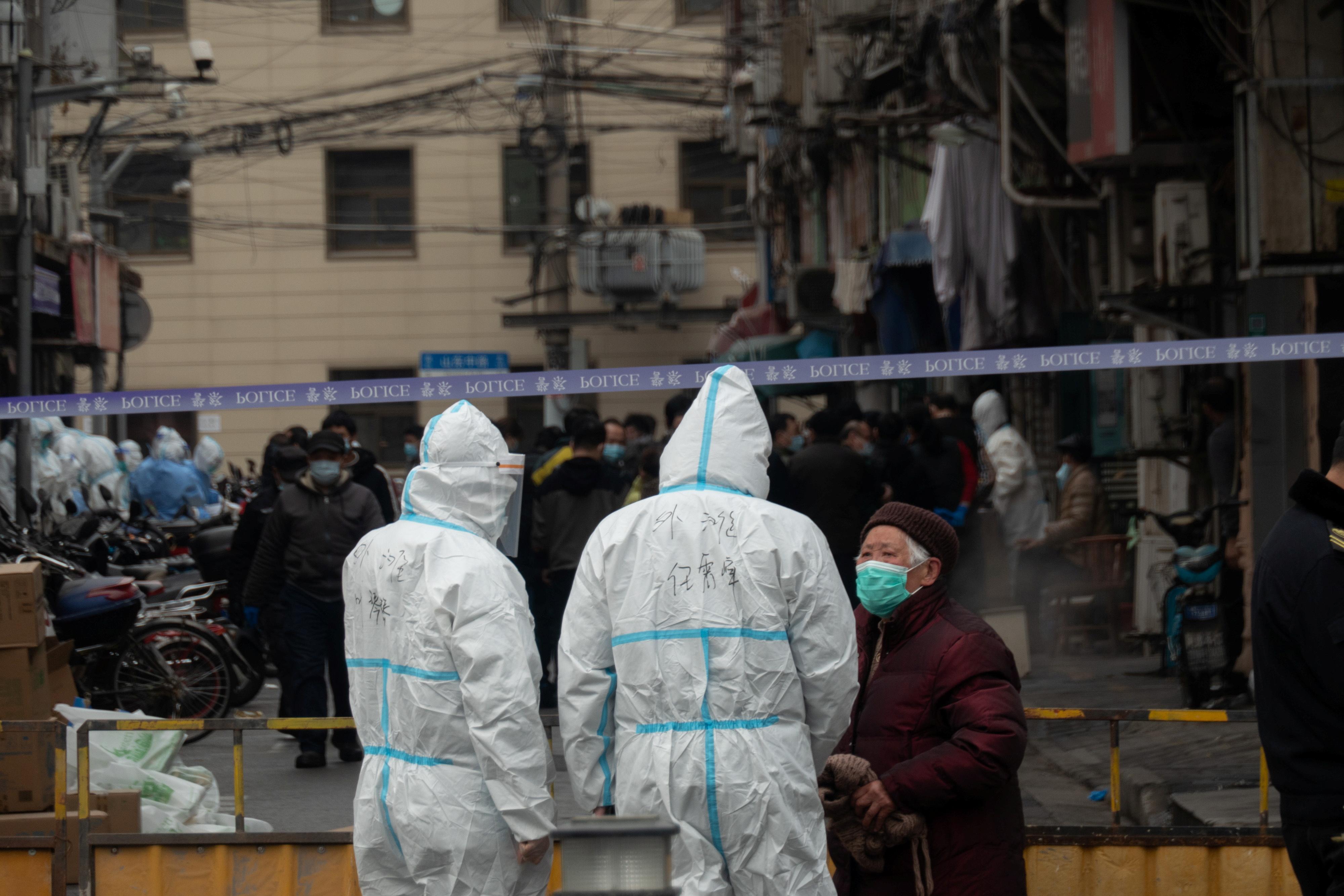 上海周四新增3例武汉肺炎确诊病例,一处居民区列为中风险地区,且居民将集中至宾馆隔离。-路透社-