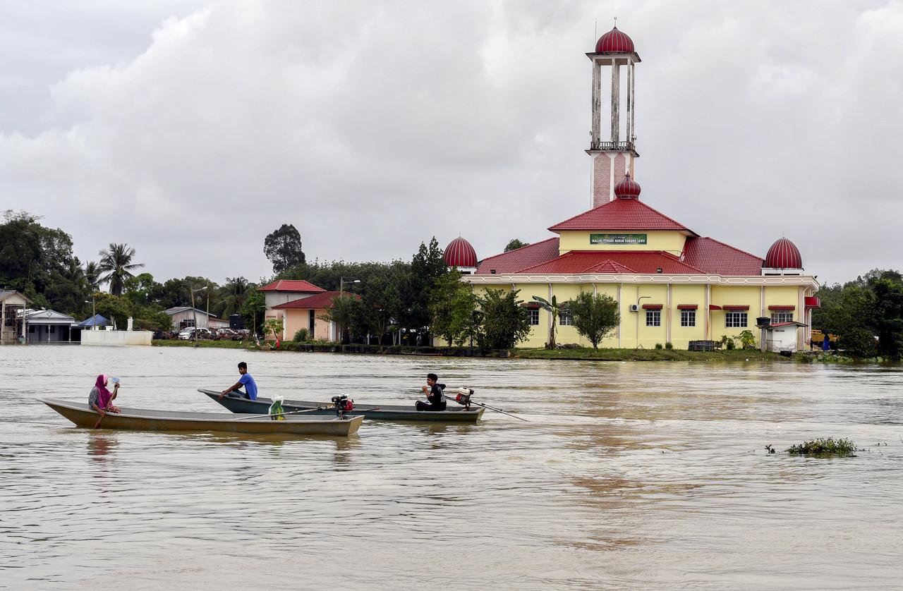 The fast river currents have cut off many Teluk Renjuna residents. — Bernama pic