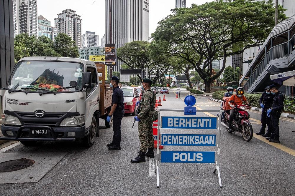 JPJ协助警方在主要道路和大道执法,确保民众遵守标准作业程序。-Firdaus Latif摄-