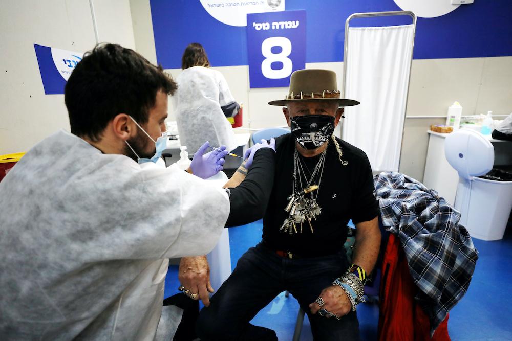 以色列政府宣布周日起为所有60岁以上,完成接种两剂疫苗超过5个月的民众注射第三剂加强剂疫苗。-路透社-