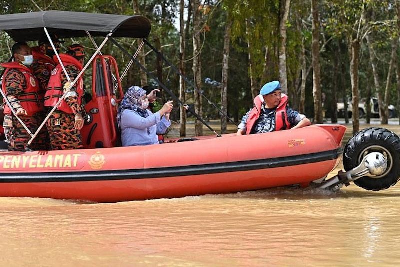 Yang di-Pertuan Agong Al-Sultan Abdullah Ri'ayatuddin Al-Mustafa Billah Shah and Raja Permaisuri Agong Tunku Azizah Aminah Maimunah Iskandariah on the way to visit to flood victims in Pekan January 14, 2021. — Picture via Facebook/Istana Negara