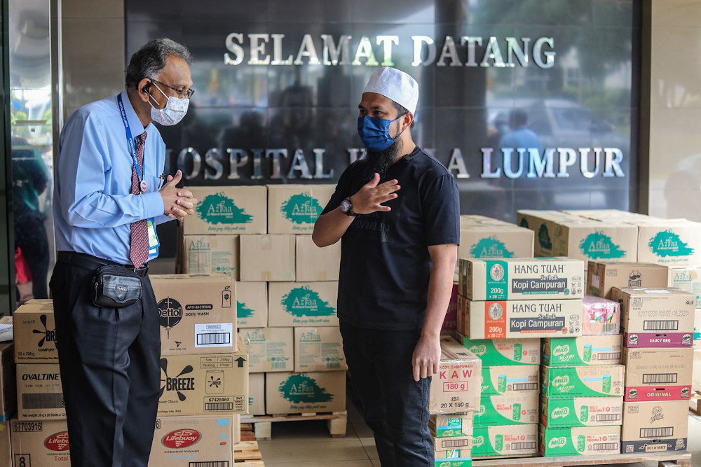 Preacher Ustaz Ebit Lew (right) answered Hospital Kuala Lumpur's call for help. — Picture from Facebook/ Ebit Lew