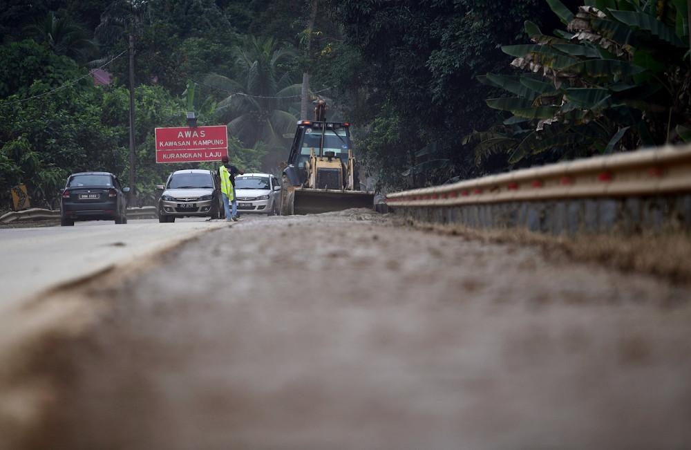 Bulldozers push mud off Jalan Temerloh-Bera near Kampung Pangsenam January 13, 2021. — Bernama pic
