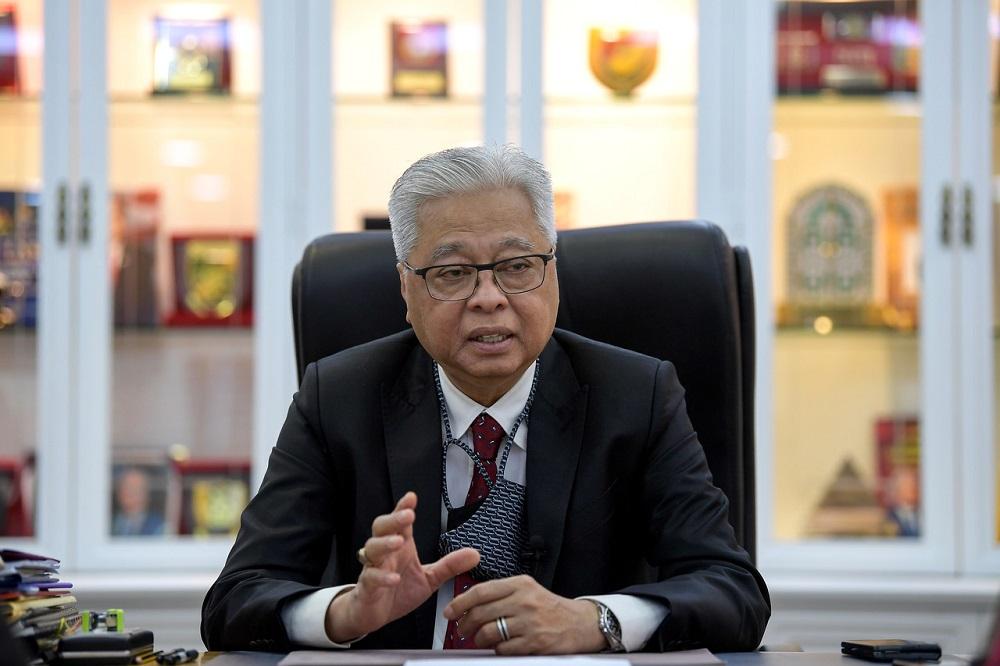 Datuk Seri Ismail Sabri Yaacob received his shot at the Tuanku Mizan Army Hospital. ― Bernama pic