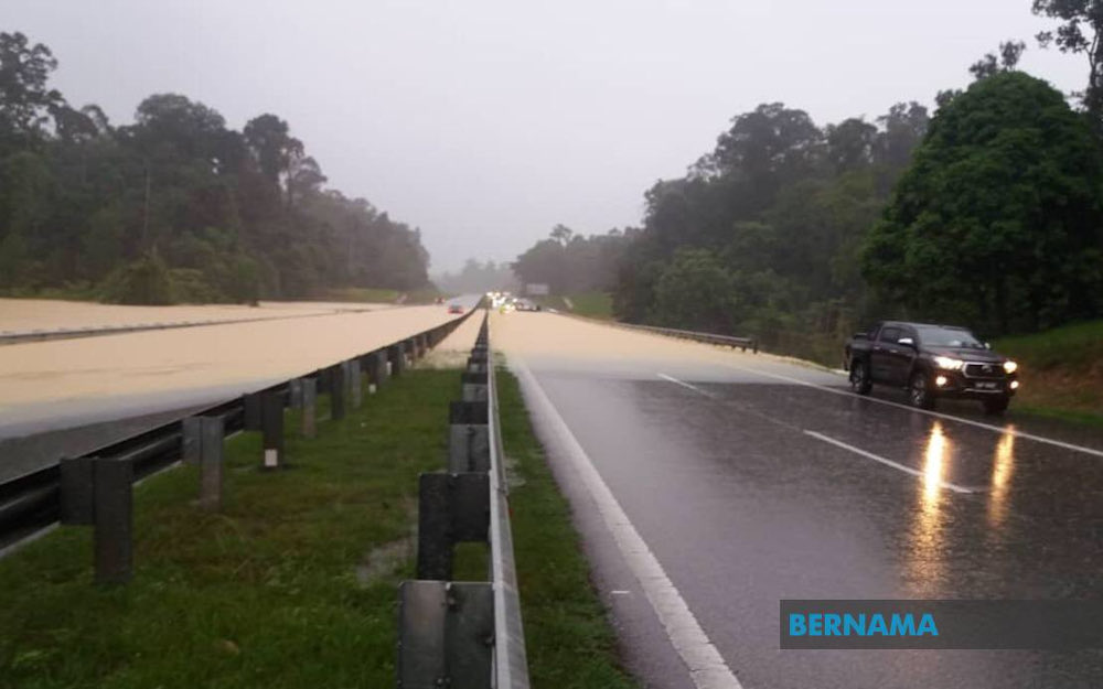 Travellers using the East Coast HighwayPhase 1 were forced to turn around or postpone their journeys following the road closure at Kilometre (KM) 198.8, East and West bound, near Gambang and Sri Jaya due to floods. —  Picture via Twitter/Bernama