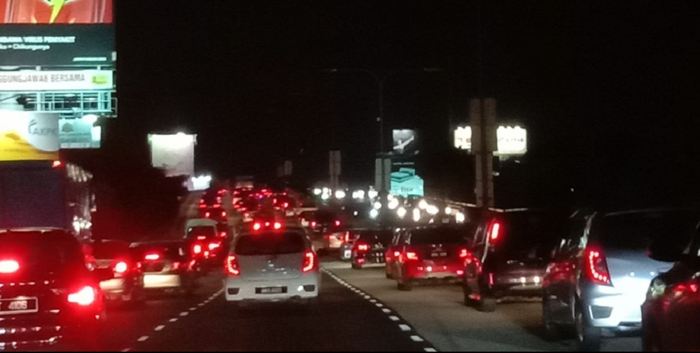 Roads across several states faced severe traffic congestion last night. ― Picture via Facebook/Glenda Chang