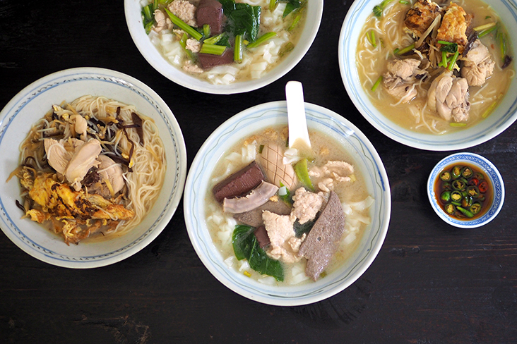 The stall also offers curry mee and this pork noodles that was my other choice
