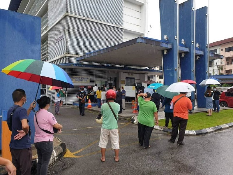 Sibu folk braved the rain to apply for the police permit at the central police station. ― Picture via Facebook/Clarence Ting