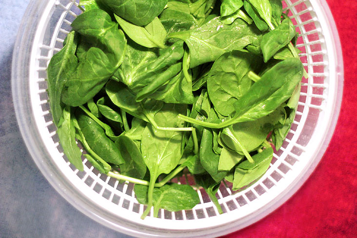 Rinse and drain the baby spinach thoroughly.