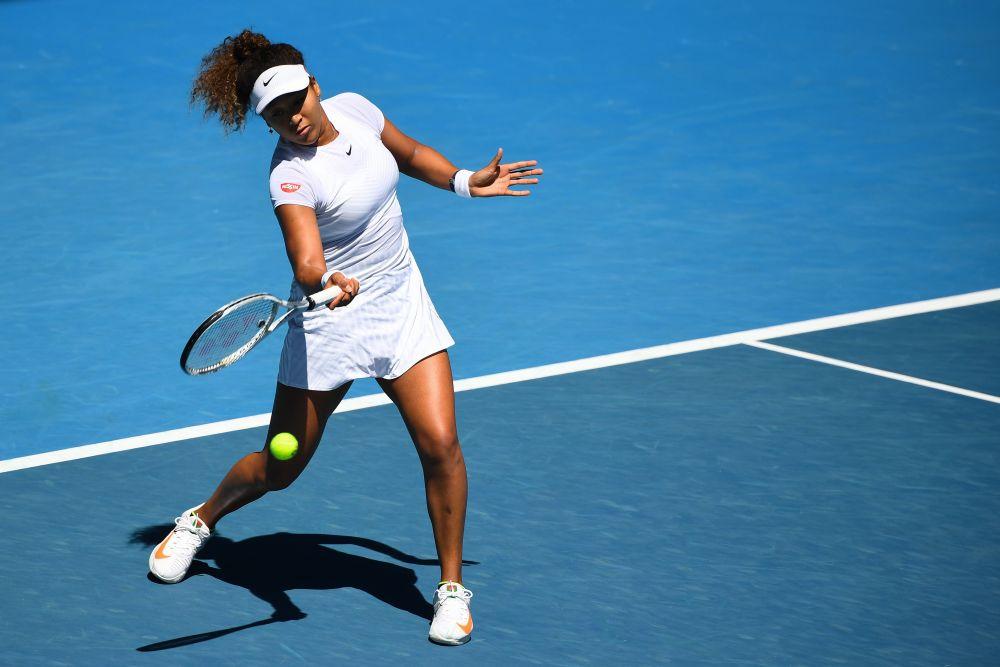 Japoneza Naomi Osaka revine împotriva britanicului Katie Poulter în timpul meciului feminin la Cupa Gippsland din Melbourne, pe 3 februarie 2021. - Reuters
