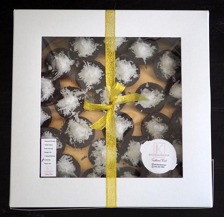 若你要将这些糕点当作礼物,Kitchenlasaveur也会帮你包装成精美礼盒,并且用丝带捆绑着。-Lee Khang Yi摄-