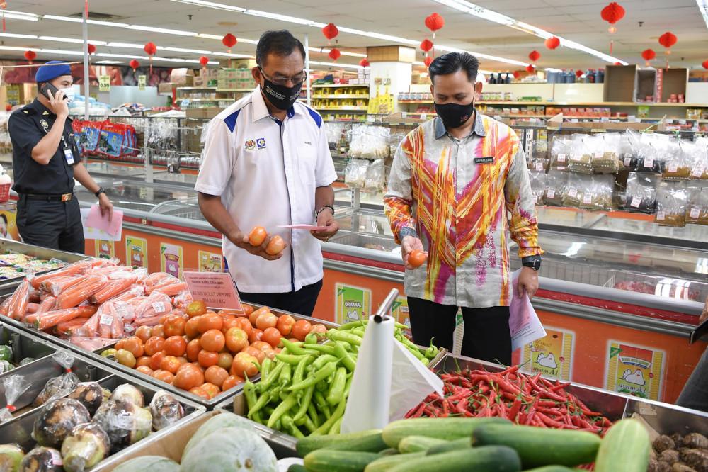 Domestic Trade and Consumer Affairs Deputy Minister Datuk Rosol Wahid inspecting the 2021 Chinese New Year Festive Season Maximum Price Control Scheme at a supermarket in Kuala Terengganu, February 11, 2021. — Bernama pic