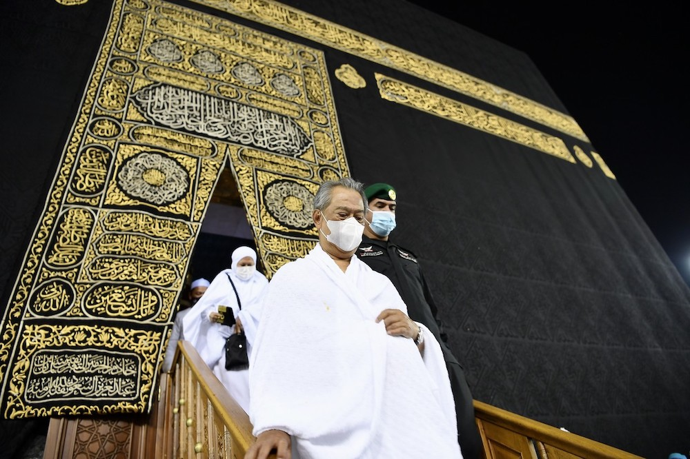 Prime Minister Tan Sri Muhyiddin Yassin and his wife Puan Sri Noorainee Abdul Rahma leave the Kaabah after fulfilling their umrah, March 7, 2021. — Bernama pic