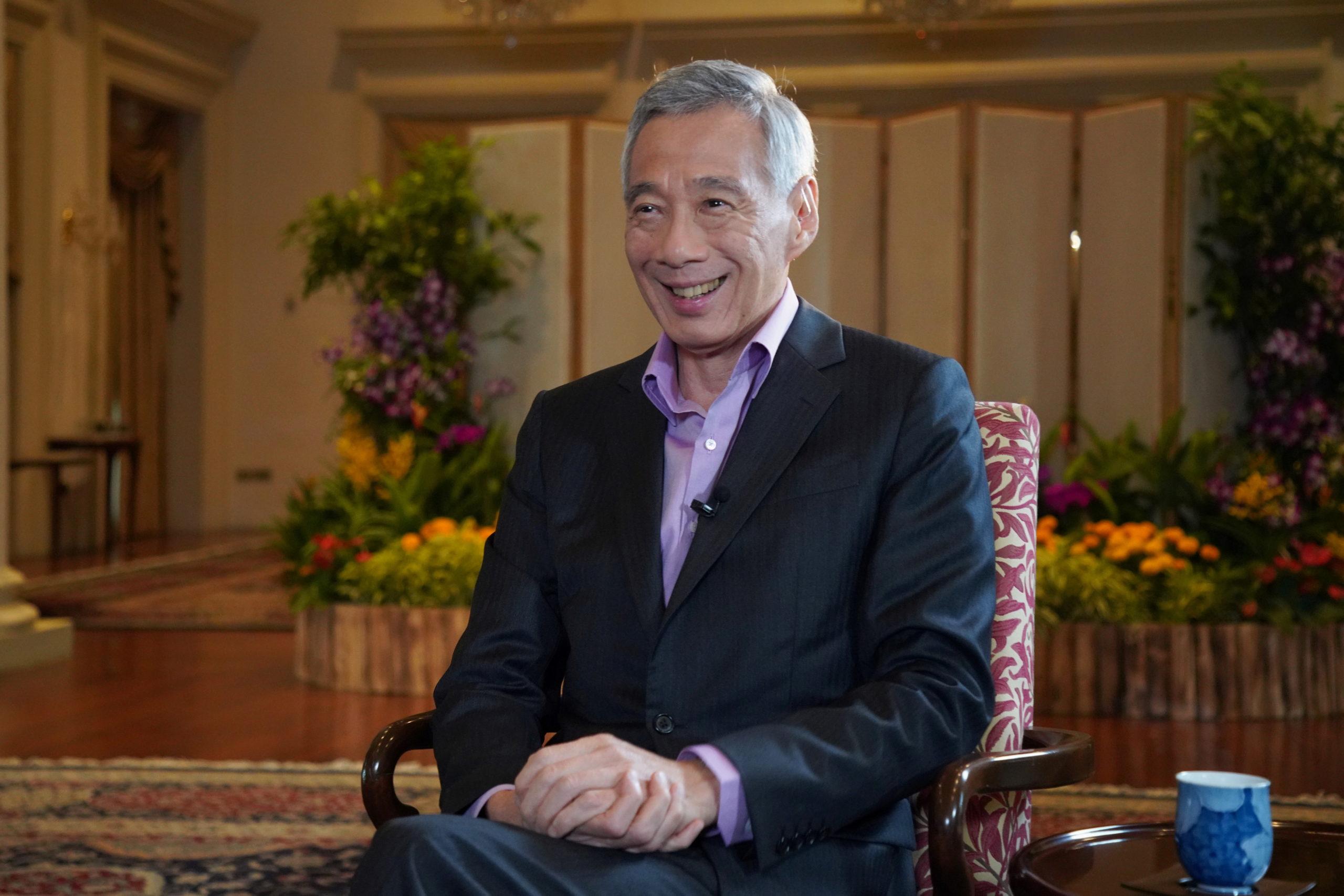 新加坡总理李显龙接受英国广播公司(BBC)专访时说,希望年底前全民接种疫苗,可以恢复通关。-图取自英国广播公司-