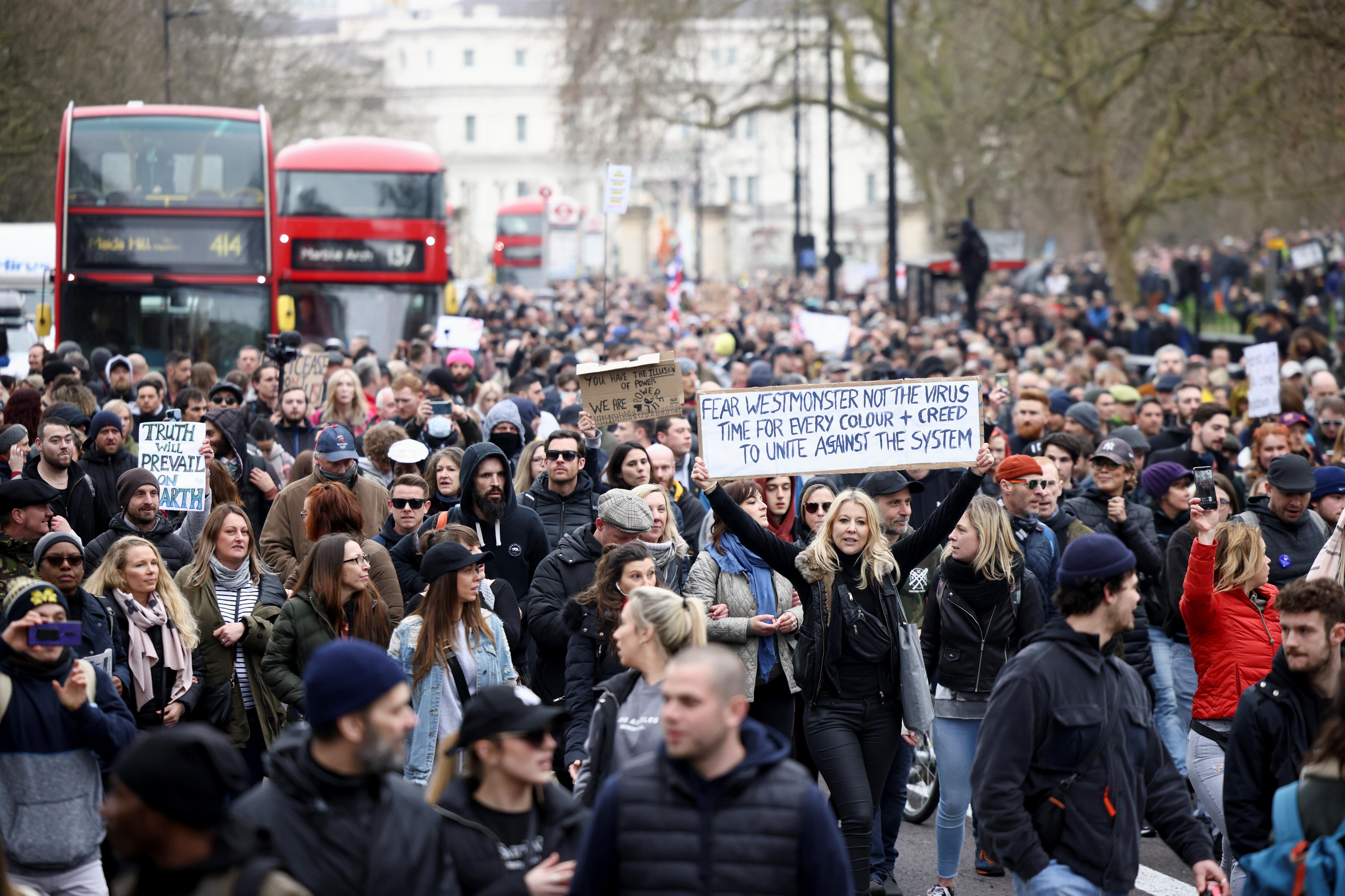 英国伦敦周六有约一万名示威者上街抗议,他们不满封锁措施以及多于4人聚集的禁令,认为是妨碍集会和言论自由。-路透社-