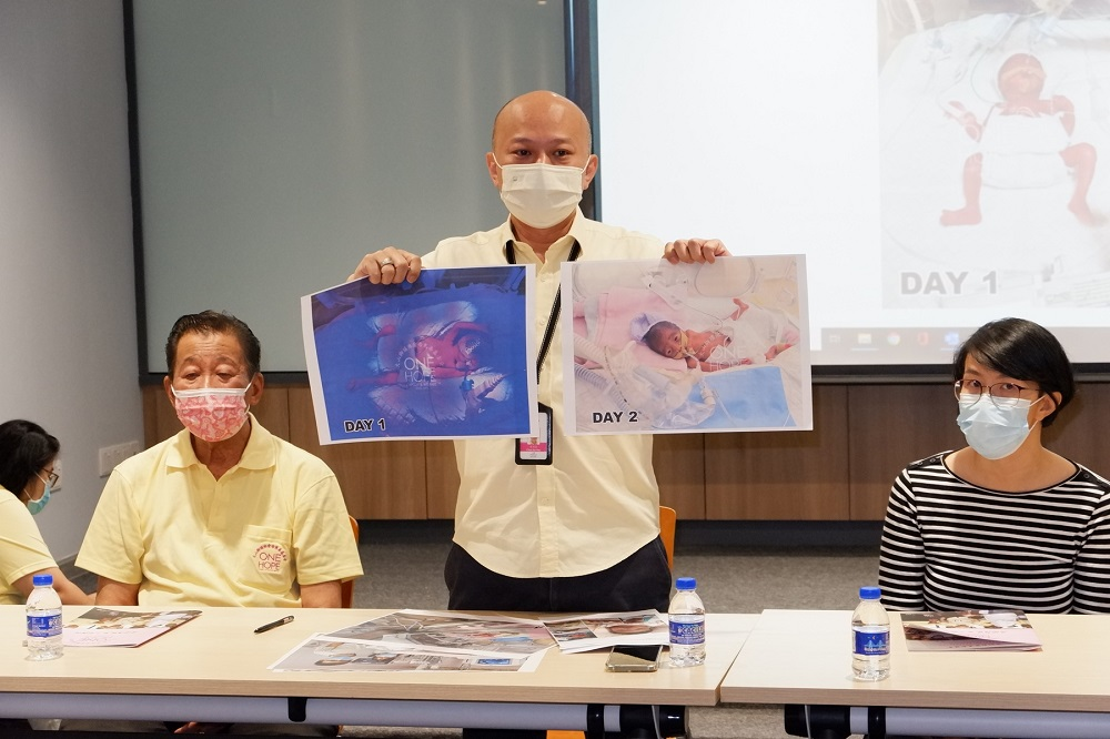 One Hope Charity & Welfare founder and chairman Chua Sui Hau shows the progress of the baby's condition on Day 1 and 2 after she was prematurely born.  —  Picture courtesy of One Hope Charity & Welfare