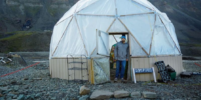Chef Benjamin Vidmar in front of his geodesic greenhouse in Longyearbyen, Norway. — Picture courtesy of Energy Observer Solutions
