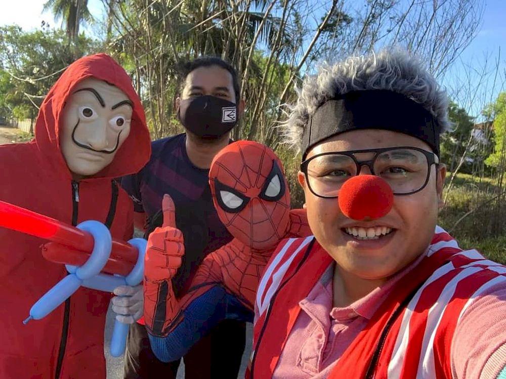 Muhammad Ridzuan (first from left) was glad he could entertain the crowd once again at Kuala Terengganu's Pantai Batu Buruk. — Picture via Facebook/MuhammadRidzuanRoslan