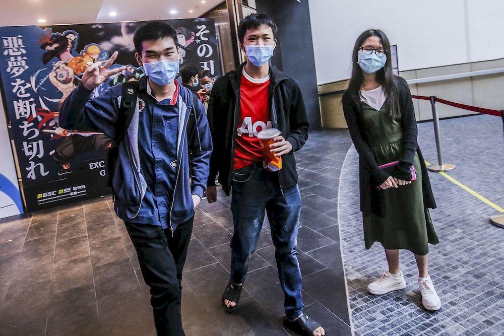 Brayden(左起)、Zenyx和Viki一起去观看《鬼灭之刃剧场版:无限列车篇》。-Hari Anggara摄-