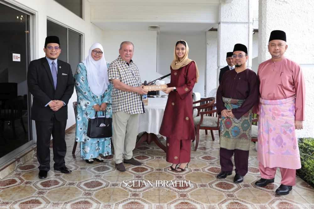 Johor Ruler Sultan Ibrahim Sultan Iskandar and Illi Najwa Anuar Hussin Saddique (centre) at Istana Bukit Pelangi in Johor Baru today. — Picture courtesy of the Royal Press Office
