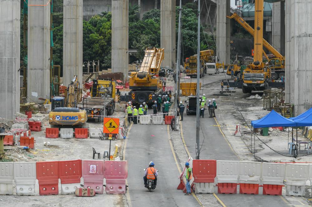 A view of the location of the incident where a gantry crane component fell at the Sungai Besi Ulu-Klang Expressway (SUKE) construction site near Puncak Banyan, Persiaran Alam Damai, Cheras, March 24, 2021. — Bernama pic