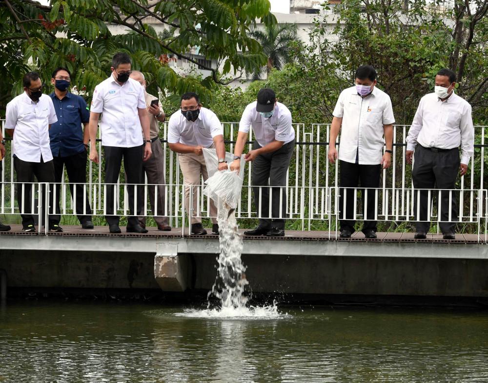 Selangor Mentri Besar Datuk Seri Amirudin Shari releasing fish into the river during his visit to the Selangor Maritime Gateway project at Taman Awam Pengkalan Batu in Klang, March 23, 2021. — Bernama pic
