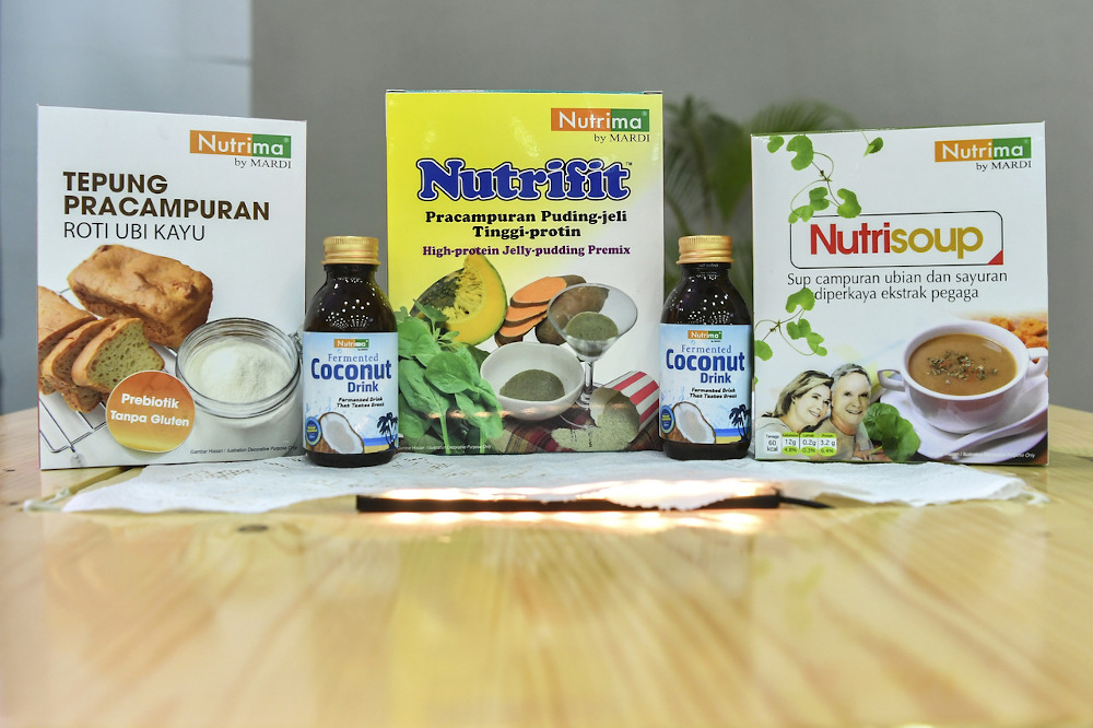 Mardi introduced four food innovation products with health benefits, namely mixed soup with pegaga extract, high-protein jelly pudding premixed flour, high-fibre premixed bread flour and fermented coconut water. — Bernama pic