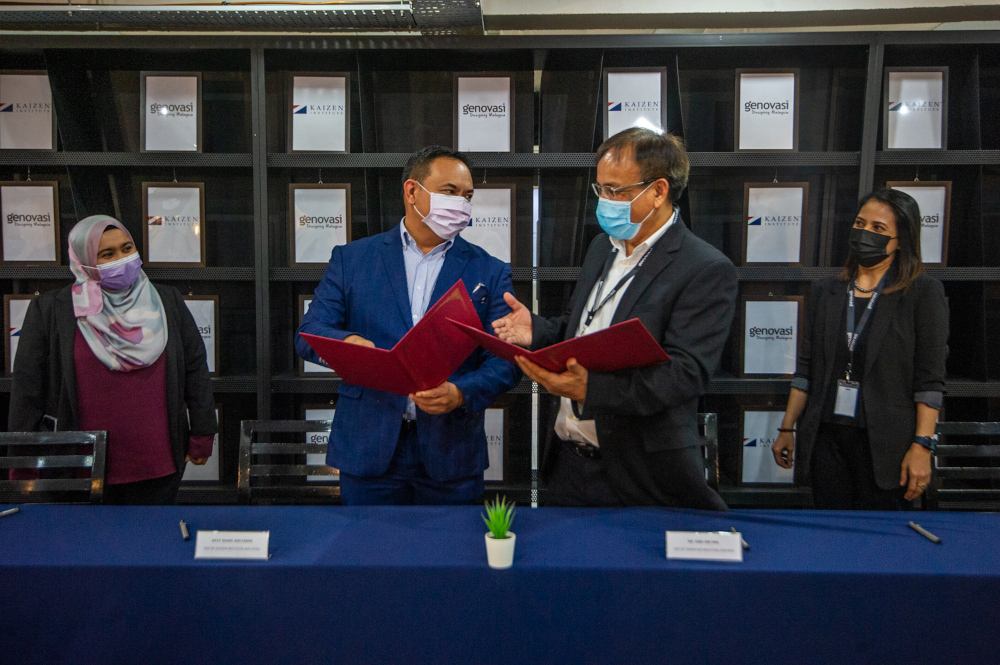 Kaizen Institute of Malaysia CEO Datuk Shahril Goh Fadhil (left) and Genovasi Malaysia CEO Sabli Sibil sign the MOU at Genovasi University College in Petaling Jaya, March 25, 2021. — Picture by Shafwan Zaidon