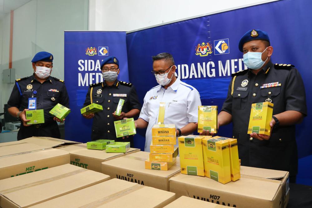Johor KPDNHEP director Mohd Hairul Anuar Bohro with the seized health products in Johor Baru, March 4, 2021. — Bernama pic
