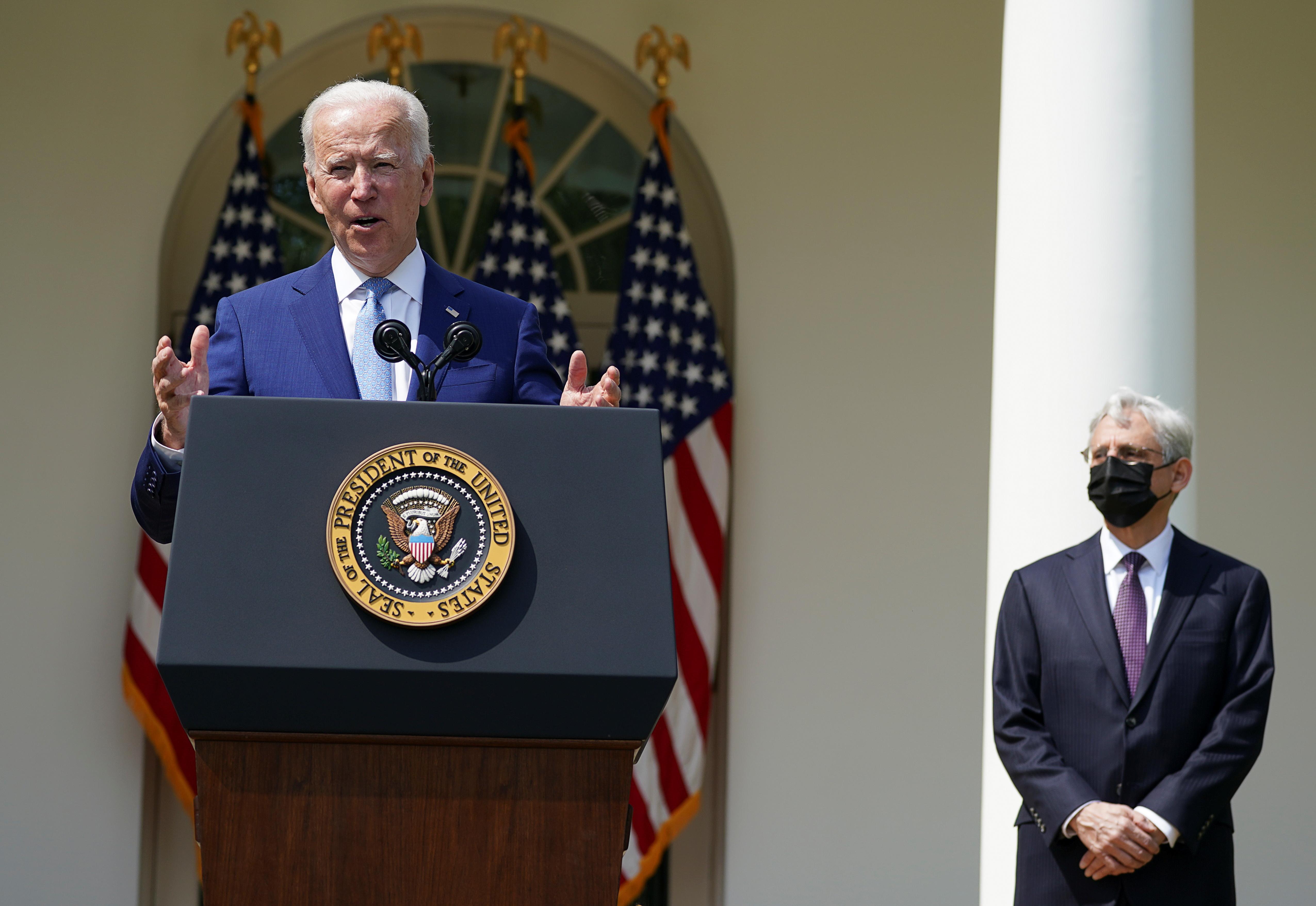 拜登在司法部长加兰(右)陪同下,在白宫玫瑰园公布一系列加强枪管措施。-路透社-