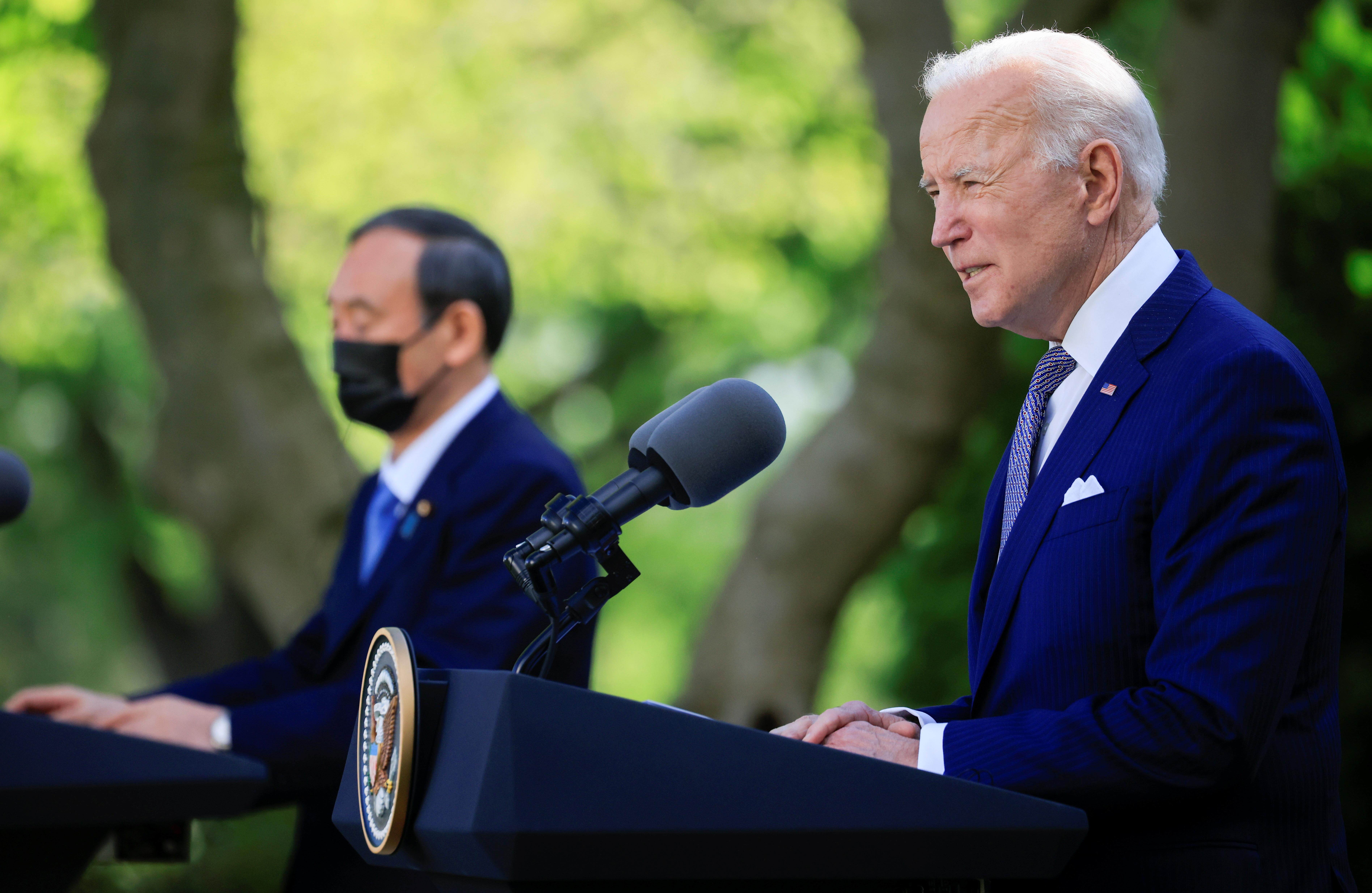 美国总统拜登(右)在白宫接见到访的日本首相菅义伟,两人同意美日合作应对中国等挑战。-路透社-